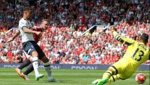 Kyle Walker scores an OG for United